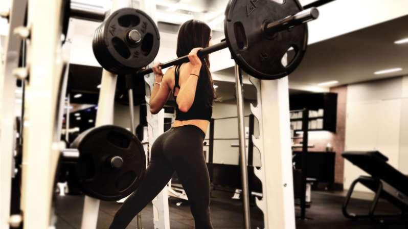 rutina de piernas en el gym para mujeres